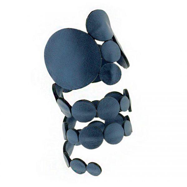 Collartz presenta el Brazalete de Piel Rodas Azul Satinado, que se lleva en el brazo 2