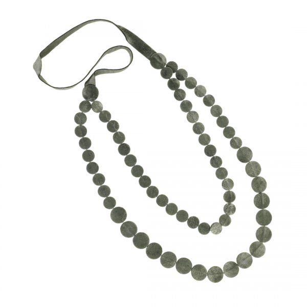 Collartz presents the Long Leather Necklace Drops of Mother of Pearl 2