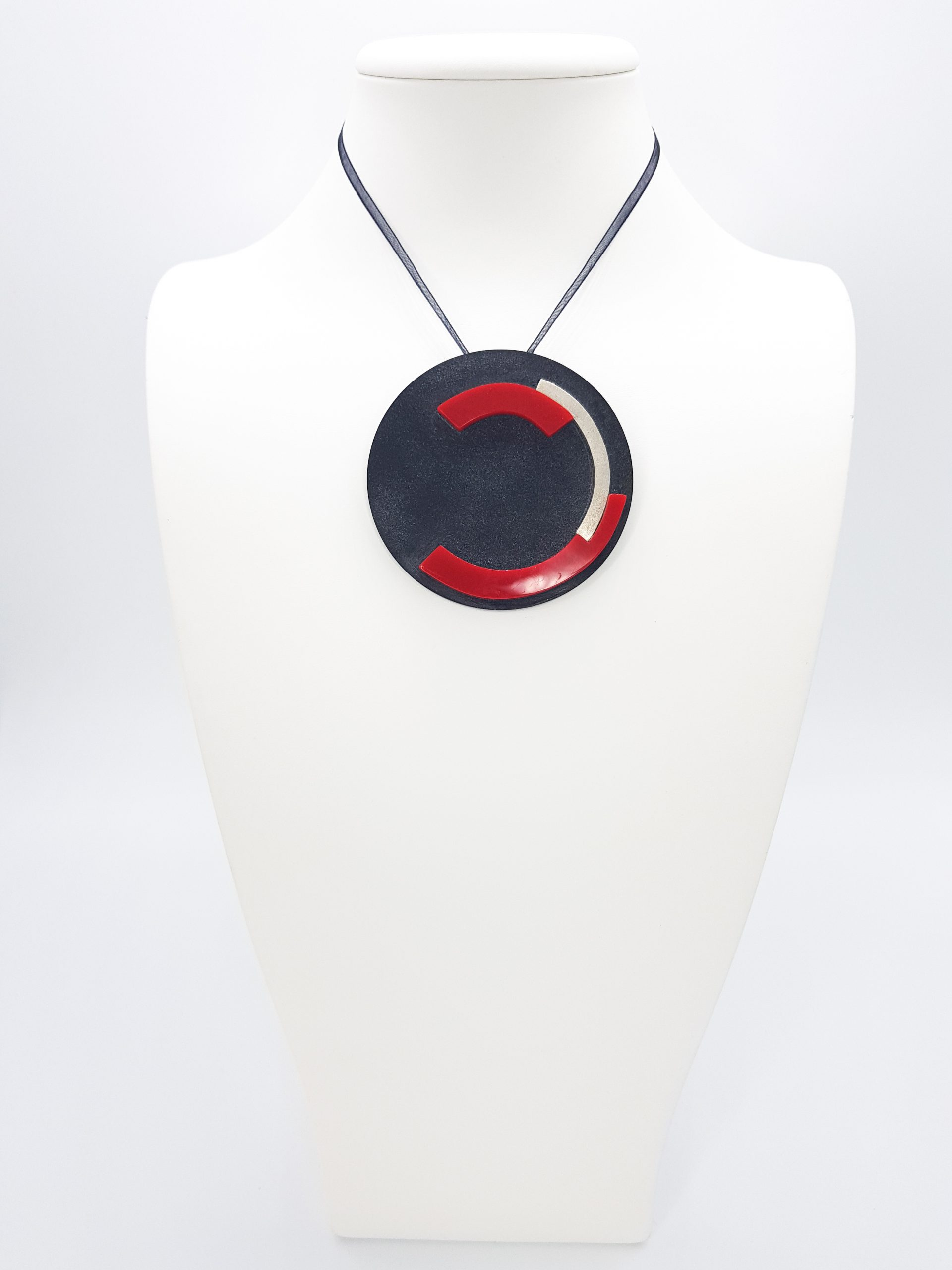 Broche geométrico Negro, Rojo y Plata, redondo, de KiKKO.