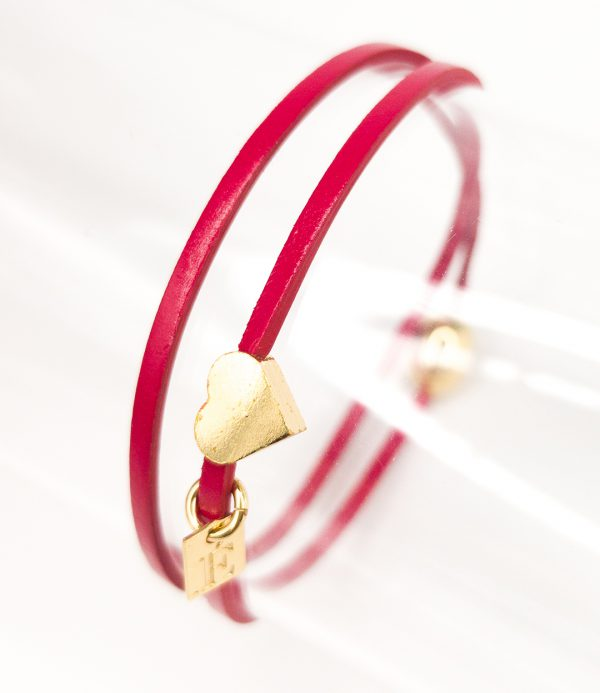 Collartz presents the Lipstick Red Leather Bracelet for Girls Double: Romeo, with a magnetic closing clasp.
